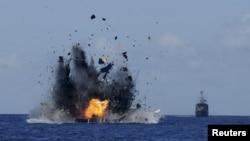 Kapal penangkapan ikan ilegal yang diledakkan Angkatan Laut Indonesia di perairan dekat Bitung, Sulawesi Utara (20/5).