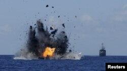 Angkatan Laut Indonesia meledakkan kapal nelayan asing yang tertangkap menangkap ikan secara ilegal di perairan Indonesia dekat Bitung, Sulawesi Utara, Rabu (20/5).