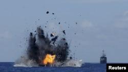 2015年5月20日,印度尼西亚海军把抓获的在印尼海域非法捕鱼的外国船只在海上炸毁。(资料照片)