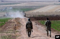 Turkish soldiers patrol near the border with Syria, ouside the village of Elbeyli, east of the town of Kilis, southeastern Turkey, July 24, 2015. Turkish warplanes struck Islamic State group targets across the border in Syria early Friday, government offi