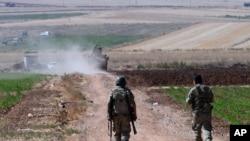 Tentara Turki berpatroli di dekat perbatasan dengan Suriah, di luar desa Elbeyli, di luar kota Kilis, sebelah tenggara Turki (24/7).