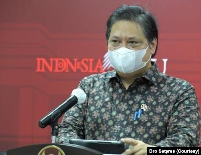Menko Perekonomian Airlangga Hartarto mengatakan WNA yang mempunyai KITAS dan KITAP bisa divaksinasi COVID-19 lewat mekanisme vaksin gotong royong (biro Setpres)