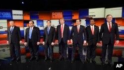 Les candidats républicains s'alignent sur l'estrade avant le débat des primaires républicaines sur la présidentielle au Colisée, au nord de Charleston, Caroiline du Sud, 14 janvier 2016