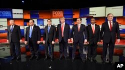Para kandidat Capres AS dari Partai Republik berpose bersama sebelum debat di North Charleston Coliseum, South Carolina, Kamis malam (14/1).