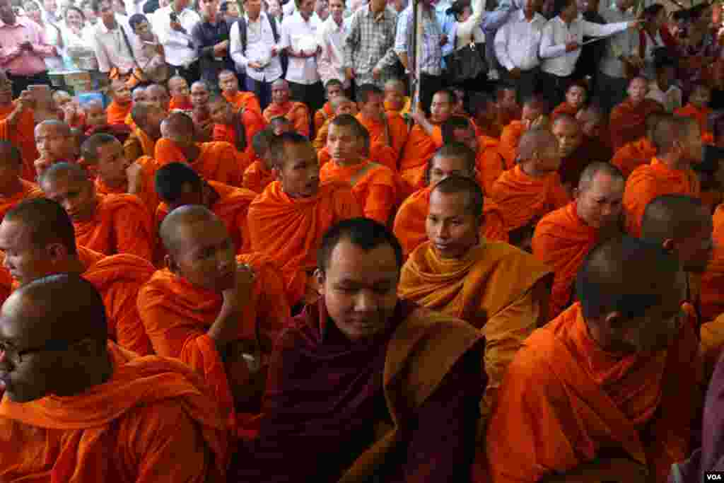 Over 123 monks gather at the headquarter of the opposition CNRP party on Tuesday June 7, 2016 to hold a religious ceremony seeking help from Cambodia's sacred objects to protect lawmaker's immunity after deputy president Kem Sokha has been summoned for the forth time by the court over his alleged sex scandal. (Leng Len/VOA Khmer)