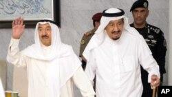 Le roi Salman bin Abdulaziz Al Saud, (à droite) reçoit l'émir du Koweit Sheikh Jaber al-Ahmad al-Sabah à Djeddah, Arabie saoudite, le 6 juin 2017.