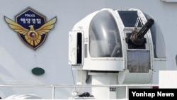 국민안전처가 불법조업 중국어선 단속 강화 대책을 발표한 11일 인천시 중구 인천해양경비안전서 전용부두에 정박한 해경 함정에 함포가 설치돼 있는 모습.