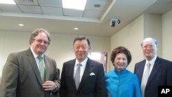 左起南加大教授杜克雷、台湾驻美代表袁健生和夫人、经文处驻洛处长龚中诚