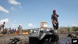 Pasukan keamanan Somalia hadir di tempat kejadian setelah serangan terhadap konvoi militer Uni Eropa di ibukota Mogadishu, Somalia, 1 Oktober 2018.
