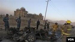 Bekas serangan bom mobil bunuh diri atas konvoi NATO di pinggiran Kabul, Afghanistan hari Jumat, 12 November 2010.