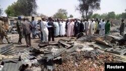 Gwamna Kashim Shettima na Jihar Borno yana ziyarar kasuwar garin Bama da 'yan ta'adda suka kona, Alhamis 29 Afrilu, 2013.
