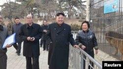 지난해 3월 북한 김정은 국방위원회 제1위원장이 평양 중앙동물원 건설현장을 둘러보고 있다. (자료사진)