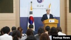 '한일 일본군 위안부 피해자 문제 합의 검토 태스크포스' 오태규 위원장이 31일 서울 도렴동 외교부 청사에서 1차 회의 내용을 발표하고 있다.