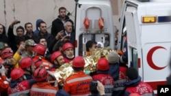 地震生還者被土耳其搜救人員送上救護車