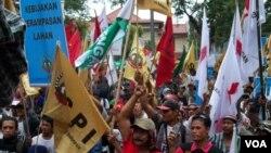 Ratusan petani berunjuk rasa di depan kantor BPN (Badan Pertanahan Nasional) Jalan Sisingamangaraja, Jakarta Selatan (24/9) (Foto: VOA/Andylala).