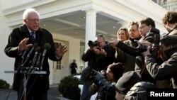 미국 대통령 선거 민주당 경선 주자인 버니 샌더스 후보가 27일 백악관에서 바락 오바마 대통령과의 면담을 마친 후 기자들의 질문에 답하고 있다.