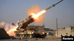 L'armée irakienne lance une roquette en direction des positions des militants de l'Etat islamique au cours d'une bataille près du complexe militaire de Ghozlani, au sud de Mossoul, en Irak, 23 février 2017.