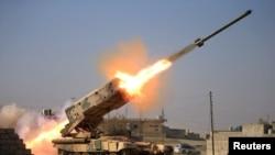 이라크 정부군이 23일 모술 남부에서 ISIL 진지를 향해 로켓을 쏘고 있다.