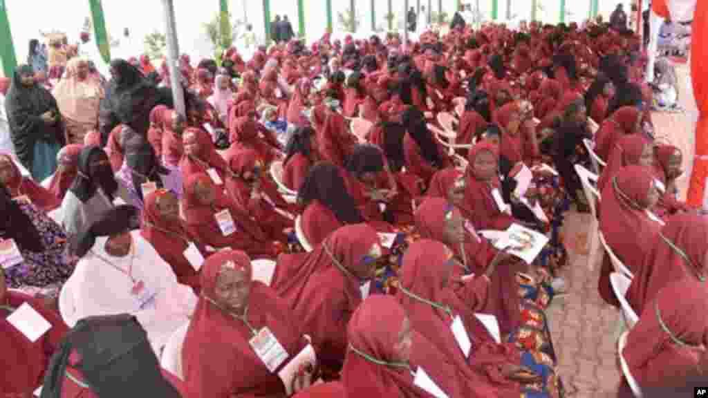 Nigerian Muslim brides attend a mass wedding in Kano, Disamba 19, 2013.