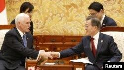 평창 동계올림픽 개막식 참석을 위해 한국을 방문한 마이크 펜스 미국 부통령(왼쪽)이 8일 청와대에서 문재인 한국 대통령과 만나 악수하고 있다.