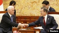 평창동계올림픽 개막식 참석을 위해 한국을 방문한 마이크 펜스 미국 부통령(왼쪽)이 8일 청와대에서 문재인 한국 대통령과 만나 악수하고 있다.