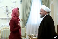 ປະທານາທິິບໍດີ ອີຣ່ານ ທ່ານ Hasaan Rouhani (ຂວາ) ຕ້ອນຮັບ ຫົວໜ້ານະໂຍບາຍ ສະຫະພາບຢູໂຣບ ທ່ານນາງ Frederica Mogherini