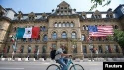 캐나다 수도 오타와의 의회 행정 건물에 지난 26일 북미 정상회의를 앞두고 멕시코와 미국 국기가 걸려있다.