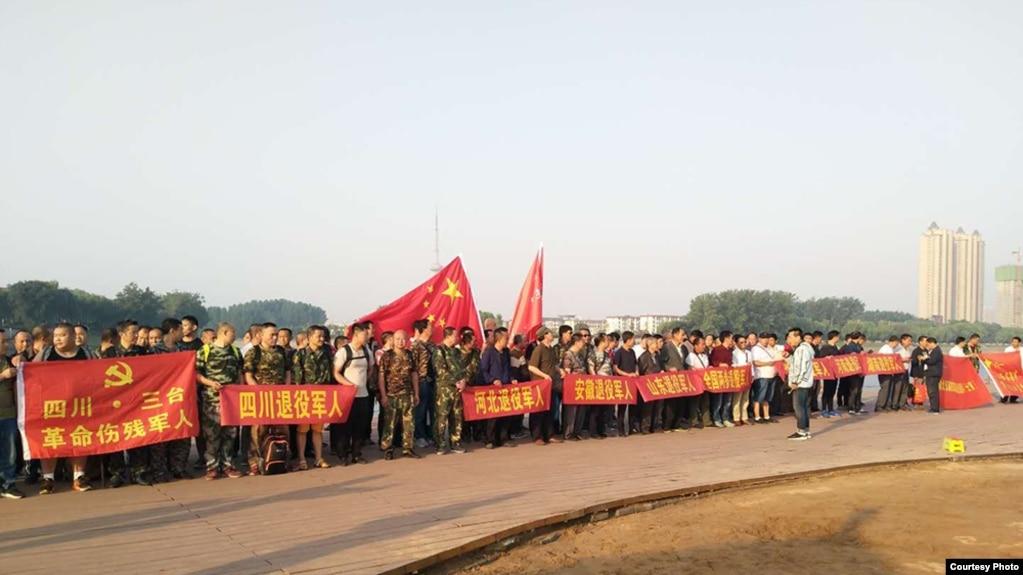 六四敏感日前夕,中国各地退伍军人赶到河南漯河声援被截访的老兵和军嫂。(网络图片)