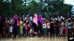 Muçulmanos Rohingya no Bangladesh fazem filas para obter alimentos, 19 de Setembro, 2017.