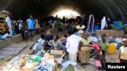 Những gia đình trong một trại tị nạn bên trong nhà kho của phái bộ Liên Hiệp Quốc ở ngoại ô thủ đô Juba.