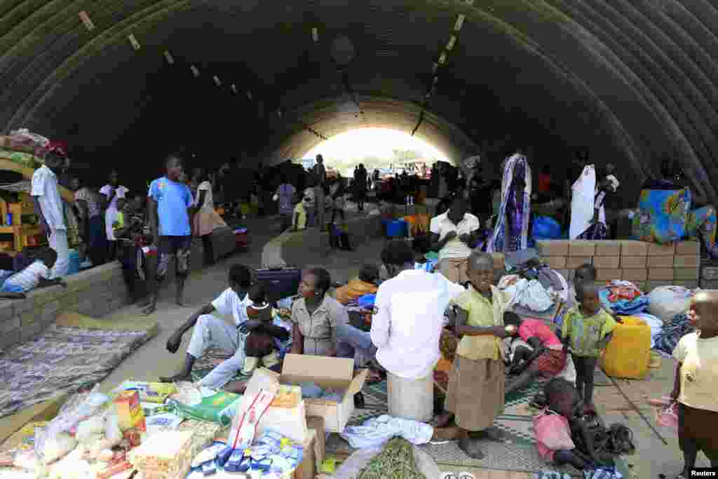 Families displaced by fighting in South Sudan camp in a warehouse inside the UNMISS facility in Jabel, on the outskirts of Juba, Dec. 23, 2013.