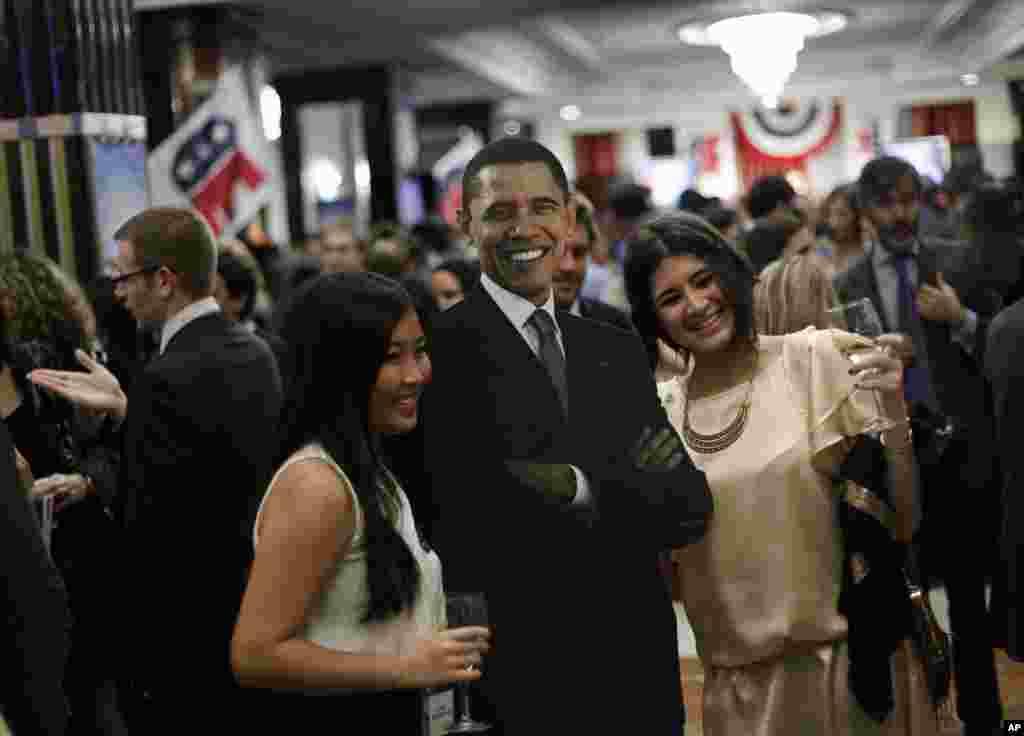 Des gens pausant avec une photo géante de Barack Obama à l'hôtel Intercontinental de Madrid, en Espagne