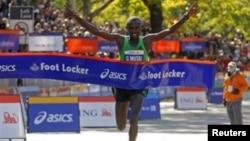 """Mkenya Geoffery Mutai berhasil mempertahankan gelarnya dalam """"New York Marathon"""" setelah melintasi garis finish dengan waktu 2 jam 8 menit 24 detik, Minggu (3/11)."""