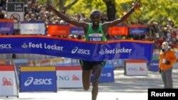 Vận động viên Geoffery Mutai, người Kenya vượt qua mức đến trong 2 giờ 8 phút 24 giây