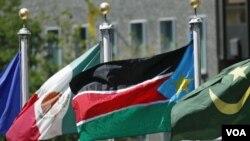 Bendera Sudan selatan (kedua dari kanan) dikibarkan di luar markas PBB di New York (14/7).