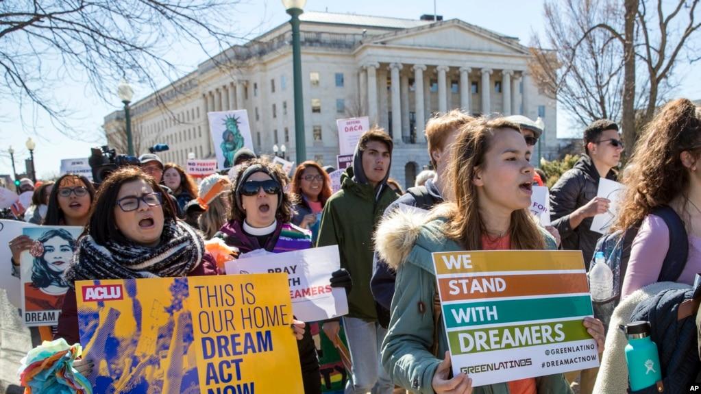 El nuevo fallo sobre DACA también ordena al gobierno a aceptar nuevas solicitudes para recibir el amparo migratorio.