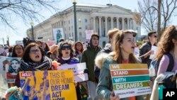 불법청년추방유예조치(DACA) 폐지에 반대하는 시위자들이 지난 3월 워싱턴 D.C.에서 시가행진을 하고 있다.(자료사진)