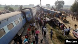 Des secouristes interviennent sur un accident de train à Pukhrayan, au sud de Kanpur, en Inde, le 20 novembre 2016.
