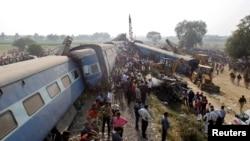 Tim penyelamat mencari korban kecelakaan kereta api yang selamat di Pukhrayan, sebelah selatan Kanpur, India, 20 November 2016.