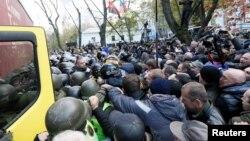 На улице у стен Верховной Рады произошли столкновения демонстрантов с полицией. Киев, Украина. 22 октября 2017 г.