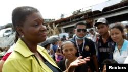 Bà Amos nói chuyện với những người sống sót tại sân bay sau khi siêu bão Haiyan càn quét, tàn phá thành phố Tacloban, miền trung Philippines, 13/11/2013.