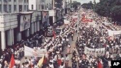 ၁၉၈၈ လူထုလႈပ္ရွားမႈ ရန္ကုန္ၿမိဳ႕က ျမင္ကြင္းတစ္ခု။ (စက္တင္ဘာလ ၁၉၈၈)