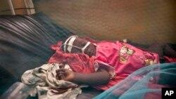 Criança com meningite - imagem de arquivo