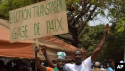 "Supporters of Guinea's opposition hold a banner reading ""Transparente Elections. Sign of Peace"" during an opposition rally in Conakry (file)"
