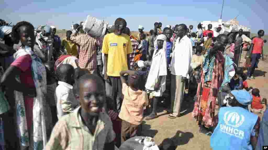 Plusieur personnes attendent pour recevoir de la nourriture et de l'aide médicale à la base de l'ONU à Bentiu, 29 juin 2015.