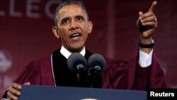 El presidente Obama pidió a los nuevos profesionales defender a los más vulnerables de la sociedad.
