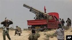 利比亚叛军周六在布雷加城外准备发射火箭