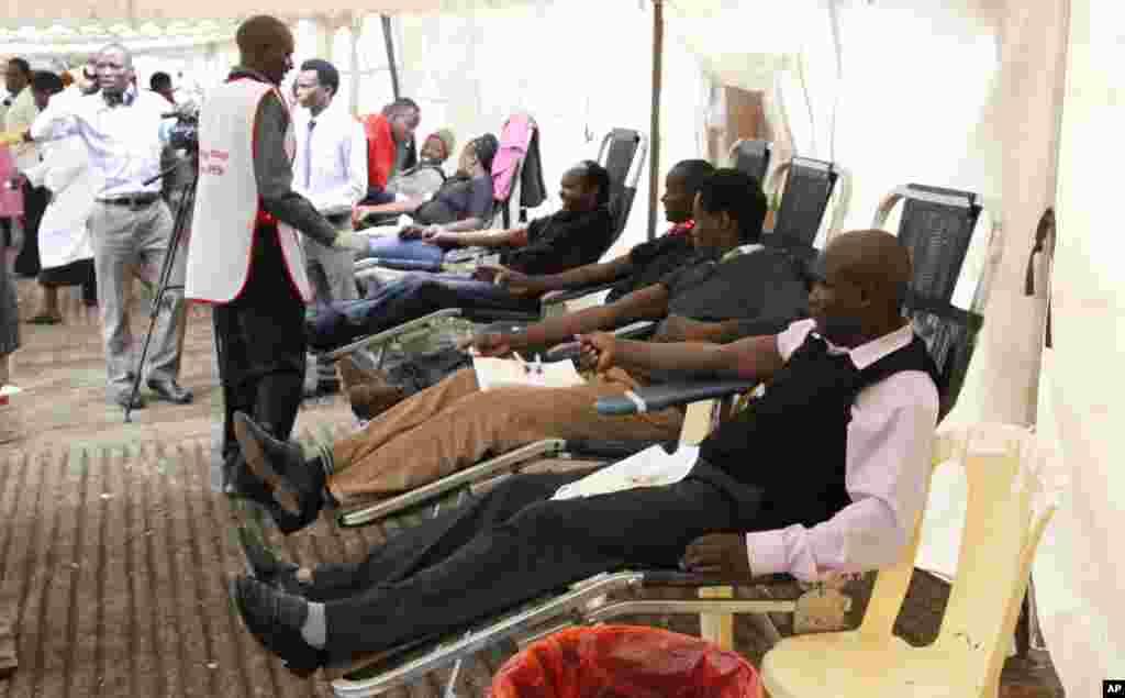 Người dân tại Nairobi hiến máu cho những người bị thương.