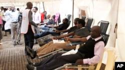 2013年9月23日在肯尼亚首都内罗毕的一个公园,人们捐血救助在商场遭受袭击受伤的人士。