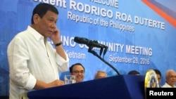 Tổng thống Philippines Rodrigo Duterte phát biểu trong một cuộc họp với Cộng đồng người Philippines ở Hà Nội, Việt Nam, ngày 28 tháng 9 năm 2016.